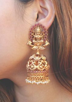 Ruby Red Kemp with Gold Plated Temple Work Large Jhumka With White Pearls Earrings Gold Jhumka Earrings, Indian Jewelry Earrings, Jewelry Design Earrings, Gold Earrings Designs, Gold Jewellery Design, Temple Jewellery, Gold Necklace, Fancy Jewellery, Gold Designs