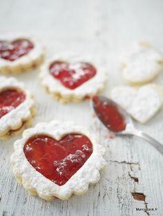 Une recette douceur pour ces sablés confiture à la fraise qui en feront fondre plus d'un.