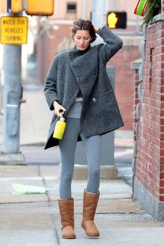 Leave it to our favorite celebrities to find ways to make Uggs look insanely stylish. Check out 13 cute Ugg outfit ideas, right this way. Outfit Jeans, Ugg Boots Outfit, Legging Outfits, Leggings Fashion, Cosy Winter Outfits, Winter School Outfits, Winter Outfit For Teen Girls, Spring Outfits, Boots And Leggings