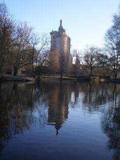 Le château défensif des Courtenay et des Artois, devient une résidence de villégiature sous l'impulsion de Jean de Berry, un foyer d'art et un lieu de collections, avant d'abriter les plus grands personnages de son temps : la reine Yolande d'Aragon, le roi Charles VII et son épouse Marie d'Anjou. Le site devient l'un des séjours privilégiés de la cour du roi Charles VII qui y reçoit les plus grands personnages de son temps, son argentier Jacques Cœur, les capitaines comme Alençon…