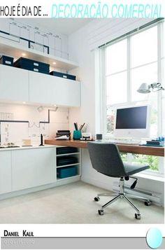 Olha que bacana o papel de parede desse escritório de arquitetura. Uma bancada de madeira segue até o móvel branco.