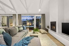 When renovating in one of Melbourne's heritage streets, an open mind means an easy blend between old school and contemporary.