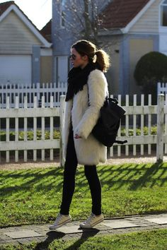 Sneakers outfit: beige fur coat, black skinny pants, shoulder bag, sunglasses and converse.