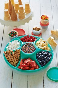 Tupperware Serving Center Set features six 2-cup/500 mL compartments and a removable 14-oz/400 mL microwave-reheatable bowl with seal and cover. Bar Sundae, Brownie Sundae, Snacks Für Party, Sleepover Snacks, Fruit Party, Fruit Snacks, Party Favors, Party Drinks, Pool Party Foods