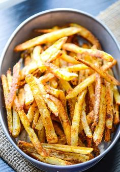 ***DELICIOUS*** Extra Crispy Parmesan Fries (soak in water to get rid of excess starch, use a bit of olive oil, and bake twice) Oven Baked French Fries, Crispy French Fries, Baked Potato Fries, Baked Fries Healthy, Healthy French Fries, Best French Fries, Baking French Fries, Perfect French Fries, Vegan Fries