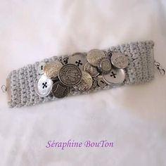Voici une des créations favorites de Séraphine! Un bracelet manchette en boutons #creation #creativity #creavenue #cotton #boutons #buttons #bottone #bracelet #vintagebuttons #vintagejewelry #crochetersofinstagram #craft #handcrafted