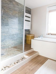 Successful mineral atmosphere with this stone cladding and pebble- Erfolgreiche mineralische Atmosphäre mit dieser Steinverkleidung und Kieselstein Successful mineral atmosphere with this … - Zen Bathroom Decor, Bathroom Spa, Bathroom Interior, Small Bathroom, Master Bathroom, Bathroom Ideas, Bathroom Canvas, Bathroom Renovations, Bad Inspiration