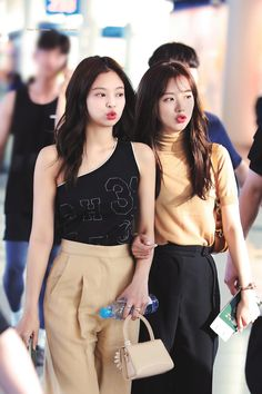 Find images and videos about kpop, blackpink and jennie on We Heart It - the app to get lost in what you love. Kim Jennie, Blackpink Fashion, Korean Fashion, Blackpink Youtube, Korean Blouse, Blackpink Photos, Blackpink Jisoo, Blouse Styles, South Korean Girls