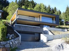 """Einfamilienhaus an steilem Südhang mit schwieriger Geol. """"Just before finished"""". Detached house on a steep south-facing slope with difficult geology. Tilt was made with basement Concept Architecture, Residential Architecture, House Architecture, Cool House Designs, Modern House Design, Houses On Slopes, House Cladding, Hillside House, Detached House"""