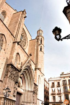 Barcelona is well-known for its astonishing modernist architecture and art. Discover all the great places for spotting art, the best art museums and architectural masterpieces. Barcelona Tourism, Santa Maria, Art And Architecture, Great Places, Art Museum, Notre Dame, Facade, Cool Art, Medieval