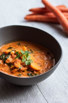 Karotten-Tomatensuppe mit Spinat und Frischkäse Thai Red Curry, Herbs, Ethnic Recipes, Soup, Chocolate, Carrots, Warm Food, Vegetarian Cooking, Browning
