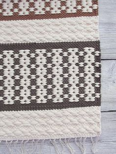 White grey brown cotton rug soft and thick reversible por leedas Weaving Textiles, Weaving Art, Weaving Patterns, Loom Weaving, Hand Weaving, Woven Rug, Woven Fabric, Homemade Rugs, Wool Carpet