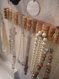 12 Genius DIY Crafts Using Wine Corks DIY wine cork jewelry wall hooks. Where are all my fellow wine lovers at? This is amazing! I love this craft idea. Wine Cork Jewelry, Wine Cork Art, Jewelry Wall, Wine Cork Boards, Jewelry Hooks, Diy Cork Board, Jewelry Closet, Jewelry Boards, Wine Craft