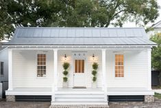 Small cottage homes - Modern White Cottage Exterior Style – Small cottage homes Small Cottage Homes, Small Cottages, Small Homes, Small Country Homes, White Cottage, Coastal Cottage, White Farmhouse, White Cabin, Southern Cottage