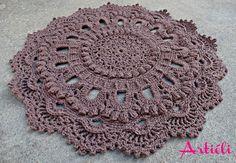 Tapete em crochê modelo Russo, feito com barbante número 06 e na cor marrom. <br> <br>Pode ser usado como centro de mesa.