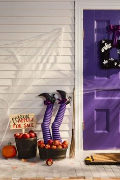 Turn your home into a haunted mansion with these DIY Halloween decorations. Not only are they cheap but these DIY Halloween decorations are easy to make. Spooky Halloween, Porche Halloween, Halloween Veranda, Cheap Halloween Decorations, Hallowen Ideas, Halloween Halloween, Healthy Halloween, Women Halloween, Spirit Halloween