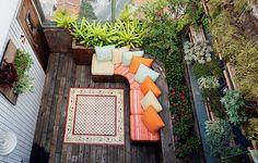 Os proprietários queriam um espaço com muitas plantas, mas os 10 m² eram pouco para a paisagista Susana Udler. A solução foi explorar as paredes. Para esconder as vigas de concreto, ela usou placas de fibra de coco recheadas de ripsális