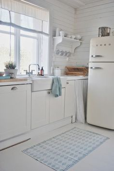"magicalhome: "" A simple white farmhouse kitchen, with touches of pale blue. juliasvitadrommar.blogspot.fi """
