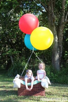 DIY - Hot Air Balloon Photo Prop. So cute! This was from a 1st Birthday Party :). AWESOME!