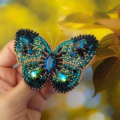 Брошь бабочка.  В работе-японский,чешский бисер,кристаллы,кожа. ❌Продана❌ #брошьбабочка #брошьптица #брошьжуравль #брошьжук #брошьстрекоза #брошьизбисера #брошьрыбка