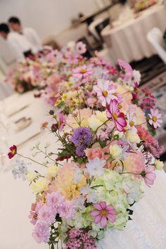 秋の装花、ホテルニューオータニ翠鳳の間様へ、   コスモスと野の花をどっさりの卓上装花と   高砂の装花。    その夜にお二人か...