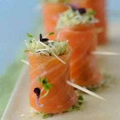 Spring rolls smoked salmon and avocado and sprouts Recipes Tapas, Smoked Salmon Recipes, Avocado Recipes, Best Party Food, Kabob Recipes, Sprout Recipes, Mango Salsa, Snacks Für Party, Jars