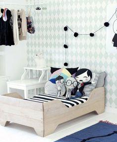 In een leuke kinderkamer hoort een leuk kinderbedje. Eigenlijk is dat één van de belangrijkste meubelstukken van de kinderkamer. Sommige kinderen houden van een thema. Voor de jongen is dat vaak een autothema, terwijl het prinsessen thema erg populair is bij de meisjes. Maar het mooie is is dat