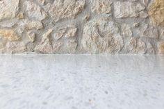 Leštěná cementová podlaha Lixio s kousky mramoru, dodavatel BOCA Group. / Polished cement floor Lixio with the  marble chips. Terrazzo, Flooring, Stone, Rugs, Home Decor, Home, Cement, Farmhouse Rugs, Rock