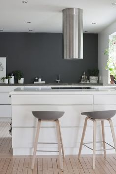 Strong black effect in white kitchen, Hay About a Stool… Home Decor Kitchen, Kitchen Furniture, Kitchen Interior, Home Kitchens, Chaise Snack, Chaise Bar, Kitchen Stools, Wooden Kitchen, Dining Room Design