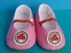 Zapatitos de bebé rosas con setitas.