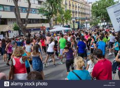 Download this stock image: Dancing in the street, Tarragona, Spain - H91THH from Alamy's library of millions of high resolution stock photos, illustrations and vectors.