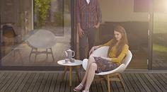 Traditionele en moderne materialen zijn samengevoegd in deze nieuwe Dansk loungestoel van Gloster. De ontwerpers Povl Eskildsen en Philip Behrens hebben lichte en vriendelijke vormen gecreëert met een strak uiterlijk. Deens design voor alle seizoenen en een aanwinst voor ieder terras. Niet alleen heerlijk om in te zitten maar ook in de winter prachtig om naar te kijken!