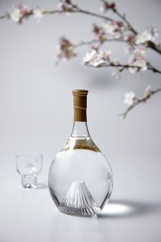 富士の酒 飛竜乗雲(ひりゅうじょううん)Fuji's liquor Our Sake is a true expression of Japanese style with its streamlined sake bottle and a high-quality model of mt. Furthermore, we have filled the bottle with sake made from rice which is also a symbol of japan. Japanese Nature, Japanese Sake, Japanese Design, Craft Gin, Sake Bottle, Whiskey Decanter, Skull Decor, Non Alcoholic Drinks, Bottle Design