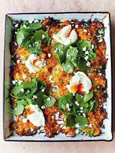 Crujientes papas y zanahorias rosti doradas al horno con espinaca, huevos, aceite de oliva, queso feta y arvejas. Las 9 mejores recetas veggies de Jamie Oliver - El Gran Chef