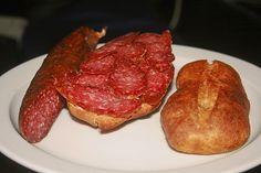 Salami aus reinem Schweinehack, ein schmackhaftes Rezept aus der Kategorie Haltbarmachen. Bewertungen: 12. Durchschnitt: Ø 4,4. Canning Recipes, Pork Recipes, Charcuterie, Bratwurst Sausage, Sausages, Meat Love, German Sausage, How To Make Sausage, Smoking Meat