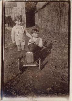 Snapshot photo garçons dans une voiture jouet automobile à pédale 15/02/1935
