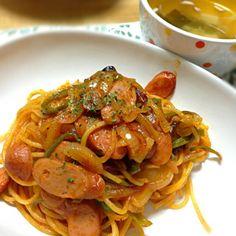 アンチナポリタンです。 子どもの頃から母が作ってくれたナポリタンがあまり好きではなく、 「イタリアンじゃないし!」と、外食でも注文することはありませんでした。 が、数週間前にNHKのガッテンを観て、作ってみたくなりました!  しっかり観てた訳ではないので、レシピを覚えてはいませんが、 要点は2つ! 1⃣パスタを加える前にケチャップを加え、煮詰めること 2⃣ケチャップに加えてソースも入れること この2点が、美味しくなるだろうと気に入り、 初めてナポリタンを作りました‼  結果、美味しかったです♪(´ε` ) - 92件のもぐもぐ - ナポリタン と 豆腐入り生姜スープ♨ by koich