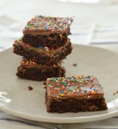 This easy Weet-Bix Slice recipe makes a great treat for the whole family and it's also a great lunchbox treat for the kids. It's so simple to make, you only need a few ingredients, it can be made using a Thermomix AND it's freezer friendly! Slice Recipe, Recipe For 4, Recipe Ideas, Chocolate Weetbix Slice, No Bake Slices, Easy Slice, Coconut Biscuits, Lunch Box Recipes, Lunchbox Ideas