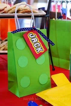 Steht bei Dir demnächst eine Lego-Kinderparty an? Und suchst Du noch ein paar passende Ideen? Wir haben hier eine nette Idee für Deine Party. Weitere schöne Inspirationen für Deinen Kindergeburtstag findest Du auf blog.balloonas.com #balloonas #kindergeburtstag #lego #mitgebsel #giveaway
