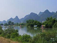 Een van onze favoriete plekjes om te ontspannen tijdens een China reis zijn de Karstbergen. Midden in het karstgebergte vaar je met een bamboevlot op de rivier met het surrealistische decor als achtergrond. Stap vervolgens op de fiets om de groene omgeving en kleine dorpen te verkennen.