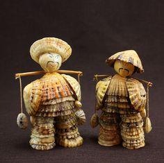 Paire dhommes japonais fermier entièrement fabriqués à partir de coquillages.  Ces pièces sont très bien faits et sont assez lourdes pour leur taille. Chacun mène un empiècement et ils ont été peintes et laqués.  Pièce plus haut est de 10 cm. Lautre est de 9 cm.  Fabriqué au Japon dans les années 1950.  Etat neuf - sans coquillages ou autres pièces manquantes.  * * * * * * * * * * * * * * * * * * * * * * * * * * * * * *  Article peut être ramassé dans la poche de figuier, Brisbane.