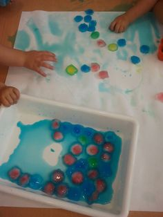 Jugando con Duendes y Hadas: Experimentamos con...hielos de colores!