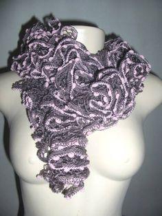 Cachecol feito em tricot com fio de renda, belissimo.