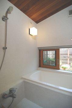 小さな浴室でも窓が欲しい。<br /> 外の緑を楽しむ朝風呂。<br /> 涼風でちょっと長風呂が出来る。 専門家:新井敏洋が手掛けた、小さくても浴室には窓が欲しい(小さな家)の詳細ページ。新築戸建、リフォーム、リノベーションの事例多数、SUVACO(スバコ)