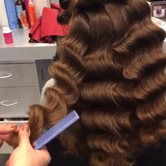 Press play  to see how @hairsalonm achieves these Hollywood curls #laurag_143