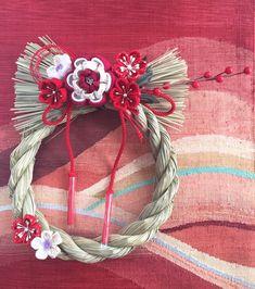 クリスマスが終わるとすぐにやってくるお正月。準備は進んでいますか?お正月といえばしめ飾りですが、近年はオシャレなしめ縄リースがブーム!そこで今回は役立つしめ飾りの豆知識とすてきな作品をご紹介します。 【もくじ】 1.しめ… Japanese New Year, New Years Decorations, Food Humor, 4th Of July Wreath, Grapevine Wreath, Ikat, Grape Vines, Christmas Crafts, Wreaths