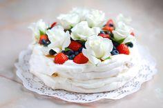 Jednoduchý dort Pavlova s ovocem a jedlými květy Pavlova Cake, Mini Pavlova, Best Cookie Recipes, Cake Recipes, Dessert Recipes, My Dessert, Sweet Desserts, High Tea, Cupcake Cakes