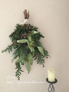 クリスマスリースよりも簡単な「クリスマススワッグ」の作り方・スワッグデザイン50選 ハンドメイド部 -page3   Jocee Christmas Swags, Christmas Crafts, Christmas Decorations, Holiday Decor, Christmas Floral Arrangements, Flower Arrangements, Door Swag, Green Wreath, Christen