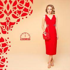 """Look TOTAL RED!! Vestido transpassado com cinto fixo marcando a cintura. O comprimento """"midi"""" e a bolsa da mesma cor do vestido alongam a silueta deixando o look mais sofisticado e elegante."""
