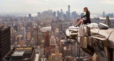 A fotógrafa aventureira Lucinda Grange examina a linha do horizonte de Manhattan - pousada centenas de pés acima da borda do edifício Chrysler. | Esta aventureira urbana tira fotos que vão tirar seu fôlego